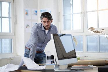 Man in a modern office - FKF02199