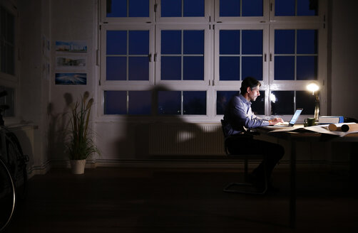 Man working late in office - FKF02229