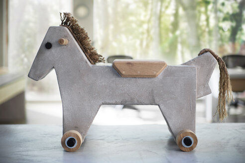 Light concrete toy horse, product design sample - ZEF13300