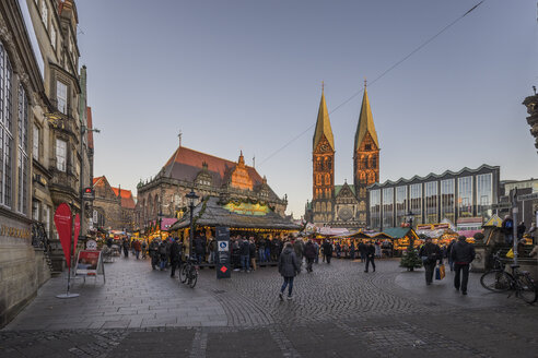 Germany, Bremen, Christmas market on market square in the evening - PVC01061
