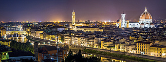 Italy, Tuscany, Florence, cityscape at night seen from Piazzale Michelangelo - PUF00609