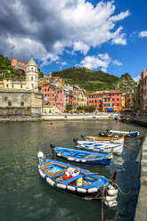 Italy, Liguria, Cinque Terre, Vernazza, harbour with moored motorboats - PUF00612