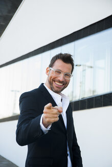 Portrait of confident businessman outdoors pointing his finger - CHAF01861