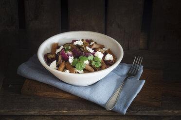 Spelt rigatoni with aubergines, feta and raisins - EVGF03184