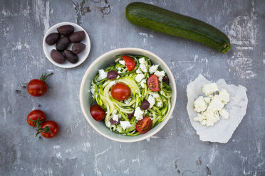 Bowl of zucchini spaghetti with feta, cherry tomatoes and black olives - LVF05980