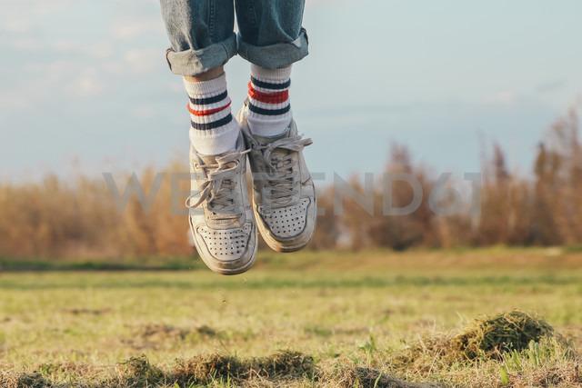 Shoes of man jumping on meadow - RTBF00799 - Retales Botijero/Westend61