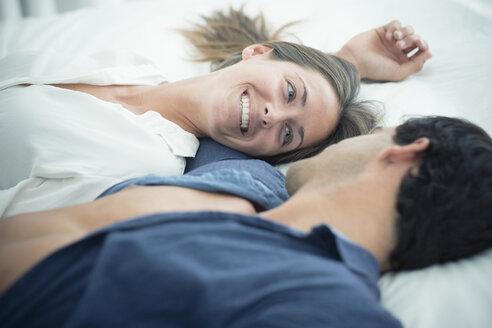 Smiling young couple in love lying down - SIPF01582