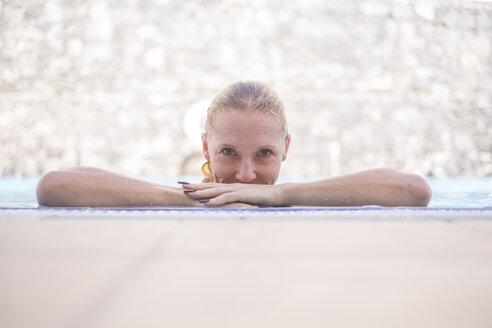 Portrait of woman in swimming pool - SIPF01622