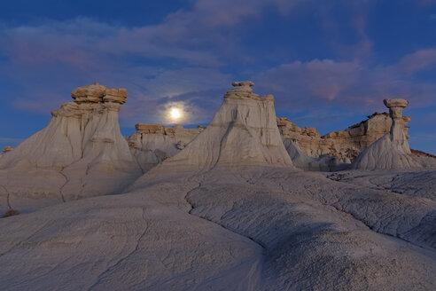 USA, New Mexico, San Juan Basin, Valley of Dreams, Badlands, Ah-shi-sle-pah Wash, sandstone rock formation, hoodoos - FOF09174