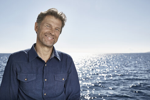Portrait of smiling mature man in front of the sea - PDF01107