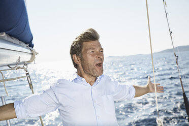 Portrait of screaming man on his sailing boat - PDF01194