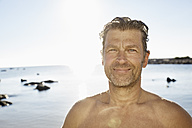 Portrait of smiling man in front of the sea - PDF01224