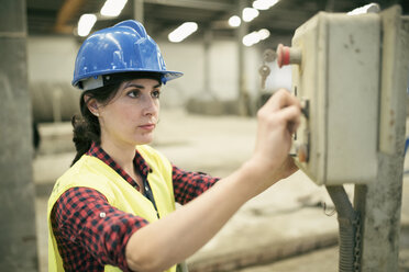 Woman working a factory, portrait - JASF01596
