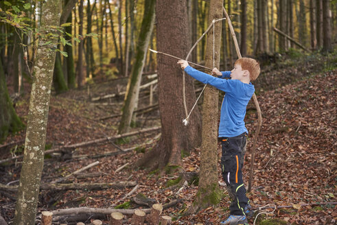 Boy aiming with bow in the woods - JEDF00293