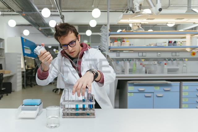 Laboratory technician taking samples in lab - ZEDF00557 - Zeljko Dangubic/Westend61