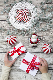 Hands holding Christmas presents - LVF06031