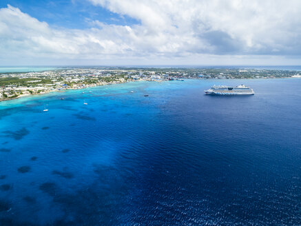 Caribbean, Cayman Islands, George Town, Cruise liner - AM05375