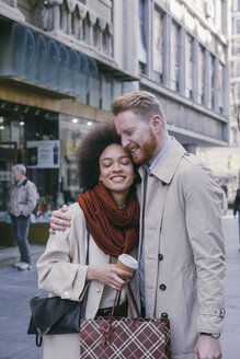 Happy couple shopping in the city - MOMF00149