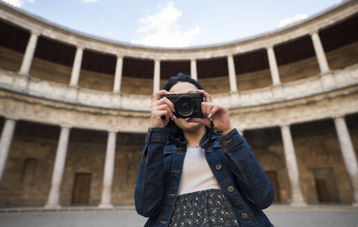 Spain, Granada, young woman taking pictures at the Alhambra - JAS01669