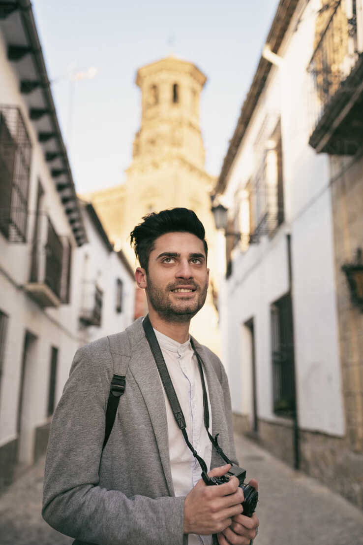Young man taking pictues on a city break - JASF01707 - Jaen Stock/Westend61