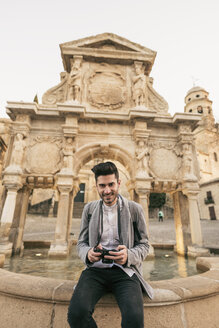Young man taking pictues on a city break - JASF01713