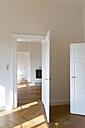 Spacious empty flat with herringbone parquet - FCF01163