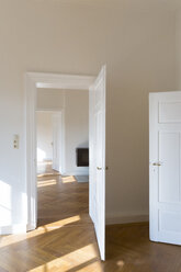 Spacious empty flat with herringbone parquet - FCF01163