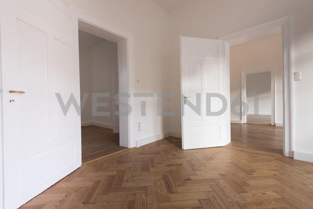 Spacious empty flat with herringbone parquet - FCF01169