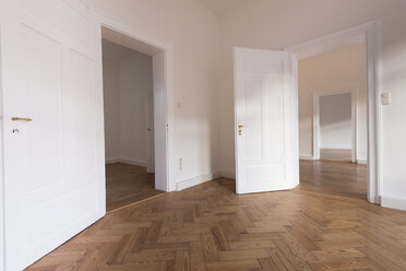 Spacious empty flat with herringbone parquet - FCF01169