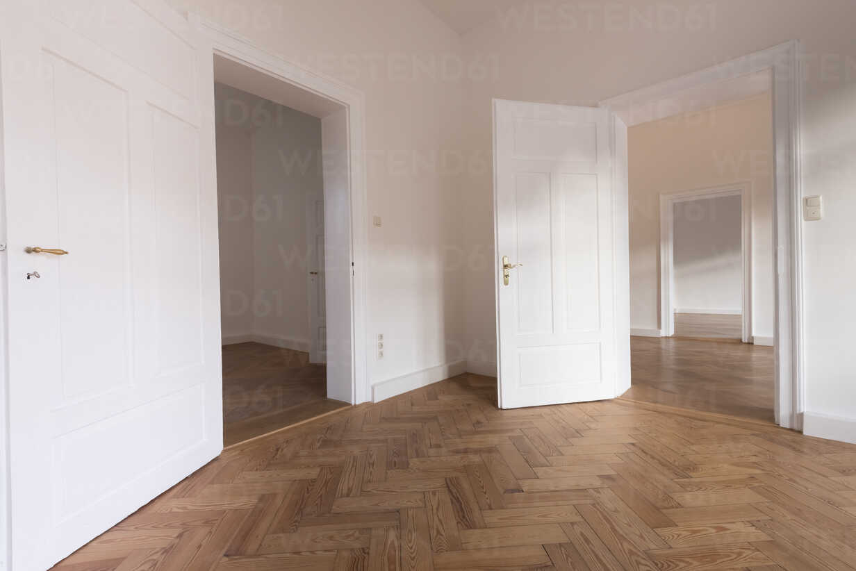 Spacious empty flat with herringbone parquet - FCF01169 - Christina Falkenberg/Westend61
