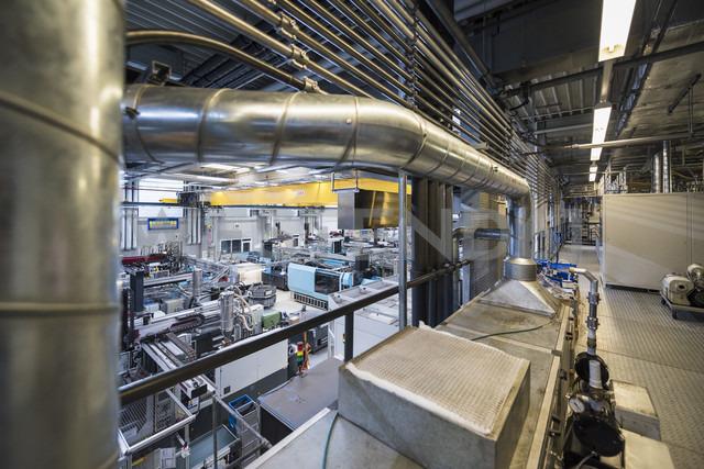 Factory shop floor, molding section - DIGF01798 - Daniel Ingold/Westend61