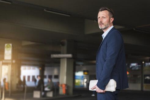 Businessman waiting at bus terminal - DIGF01998