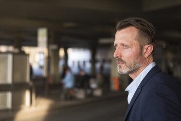 Businessman waiting at bus terminal - DIGF02001