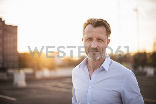 Portrait of businessman at sunset - DIGF02010 - Daniel Ingold/Westend61