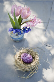 Easter decoration with nest, egg and spring flowers - GISF00282