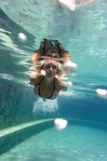 Woman underwater in a swimming pool - KNTF00828