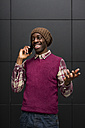 Portrait of smiling man on the phone - MAUF01060