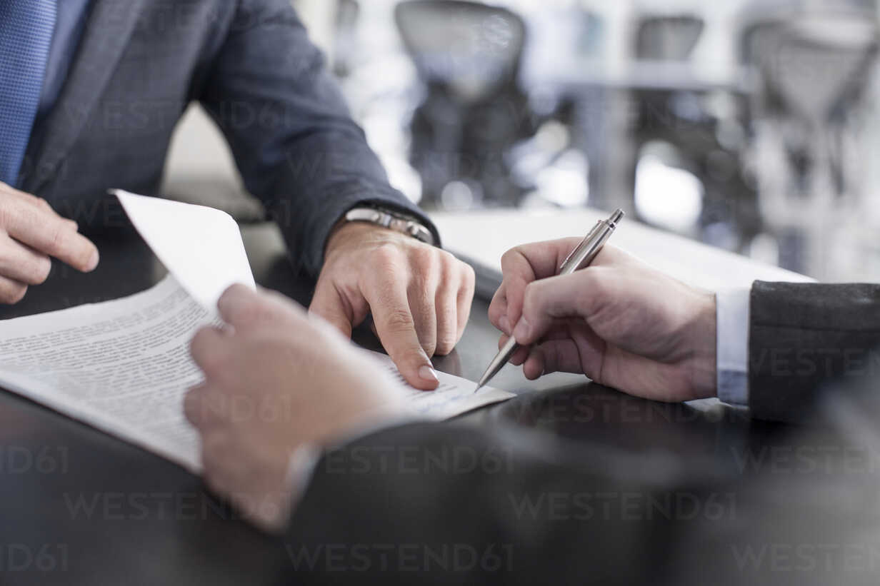 Businessman showing client where to sign document - ZEF13610 - zerocreatives/Westend61