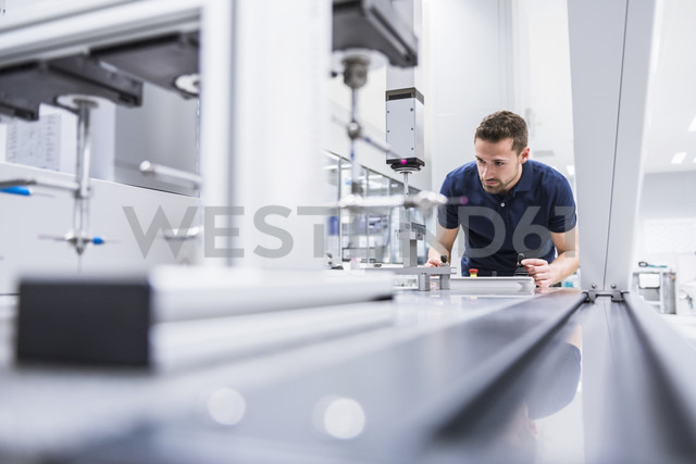 Man operating machine in testing instrument room - DIGF02146 - Daniel Ingold/Westend61