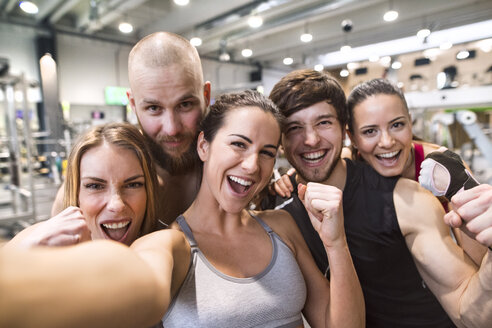 Young athletes having fun in the gym, taking selfies - HAPF01601