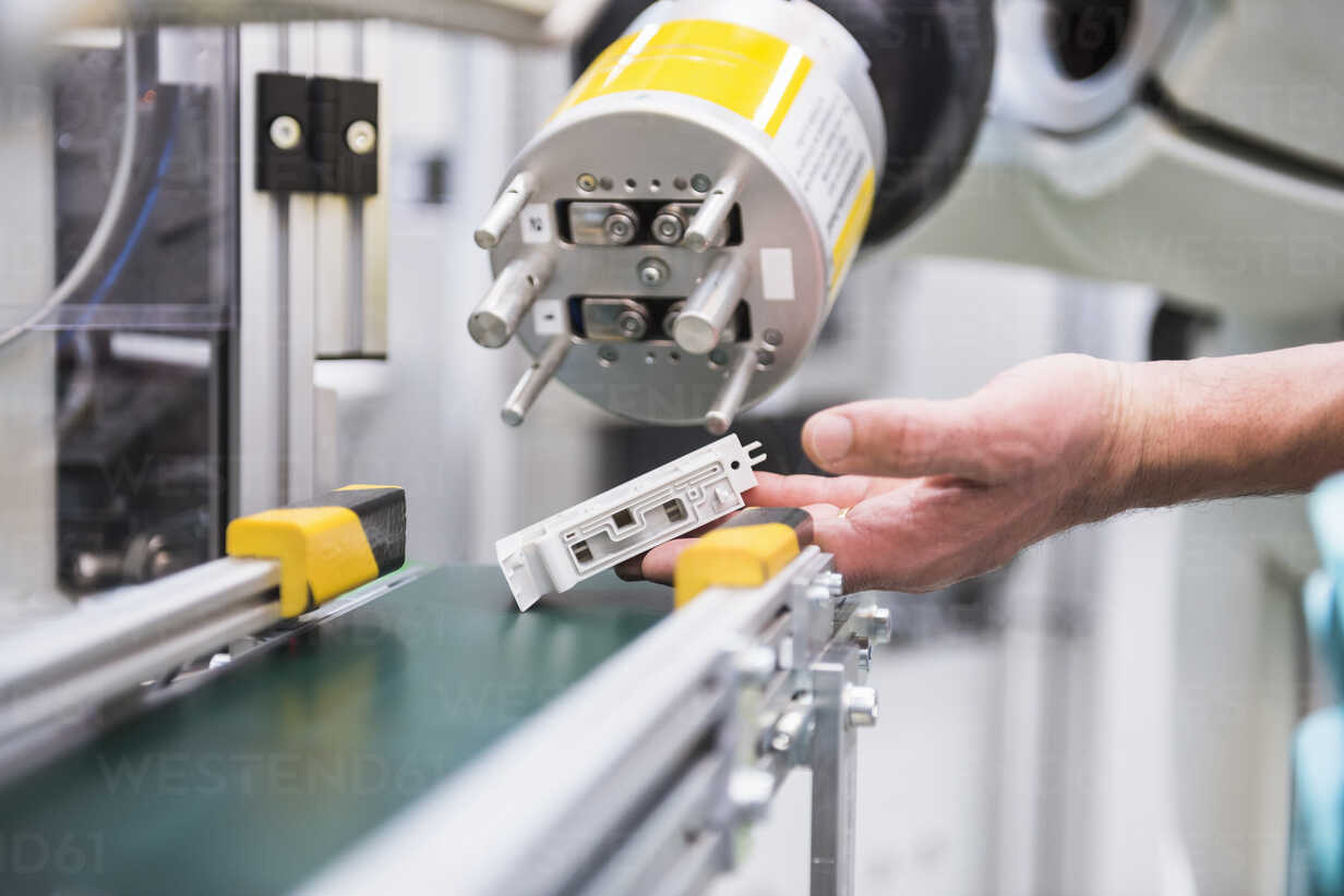 Hand holding product of assembly robot - DIGF02235 - Daniel Ingold/Westend61