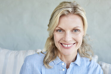 Portrait of smiling blond woman - SRYF00333