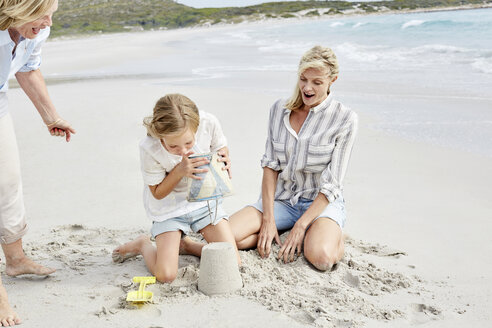 Family playing with sand on the beach - SRYF00360