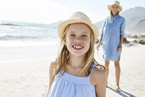 Mother and daughter having fun in the beach - SRYF00411