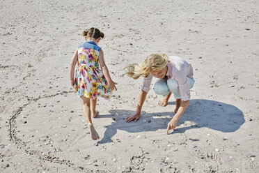 Mother and daughter drawing heart on the beach - RORF00767