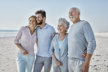 Smiling senior couple with adult children on the beach - RORF00782