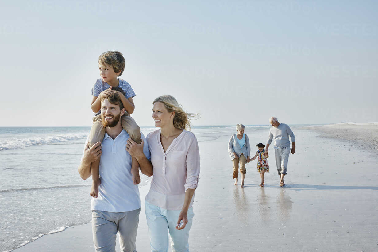 Happy extended family strolling on the beach - RORF00788 - Roger Richter/Westend61