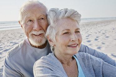 Smiling senior couple on the beach - RORF00800