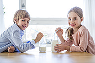 Brother and sister drinking milk - WESTF23053