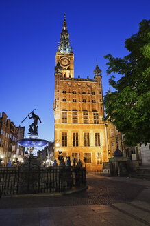 Poland, Gdansk, view to lighted town hall with Neptune Fountain in the foreground at night - ABOF00186